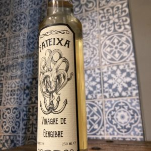 Zu sehen ist eine Flasche mit Ingwer Essig